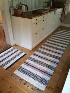 My hobby: Rag rugs Red Rugs, Recycled Fabric, Tyger, Woven Rug, Rug Runner, Home Kitchens, Weaving, Home And Garden, Rug Ideas