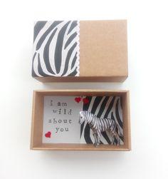 Πρωτότυπη Ευχετήρια Κάρτα σε Κουτί σε σχήμα Σπιρτόκουτου !! Η διάστασή του είναι 8.9 x 14.4 x 5.7 cm . Στείλε το μήνυμα σου ♥ Έχει τυπωμένα γράμματα I am Wild about You ♥ και μια Ζέβρα ♥! ένα μικρό ζωάκι με φόντο ασπρόμαυρο print ζέβρα και τσόχινες μικρές κόκκινες καρδούλες! ! Ιδανικό και για να συνοδέψεις το δώρο σου... Μπορείς να προσθέσεις μέσα ένα μήνυμα... ένα γράμμα με όλα αυτά που θέλεις να πεις! Magazine Rack, Box, Frame, Cards, Home Decor, Picture Frame, Snare Drum, Decoration Home, Room Decor