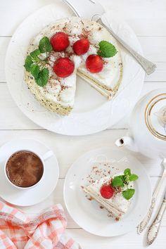Пломбирный торт с клубникой и чашкой кофе Food Photo, Panna Cotta, Ethnic Recipes
