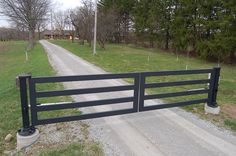 Standalone swing gate for country home Farm Entrance, Driveway Entrance, Driveway Design, Driveway Landscaping, Farm Gate, Farm Fence, Front Gates, Entrance Gates, Electric Driveway Gates