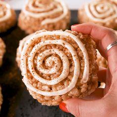 Cinnamon Roll Rice Krispie Treats We love cinnamon rolls, and we love Rice Krispies treats, so we figured combining the two was a no-brainer. Rice Krispy Treats Recipe, Rice Crispy Treats, Krispie Treats, Rice Crispy Cake, Köstliche Desserts, Delicious Desserts, Dessert Recipes, Yummy Food, Cinnamon Desserts
