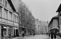 Punavuorenkatu 14 ja 16, jossa Elannon leipäkauppa sekä 18... Helsinki, Old Pictures, Time Travel, Past, Nostalgia, Environment, Street View, Black And White, World