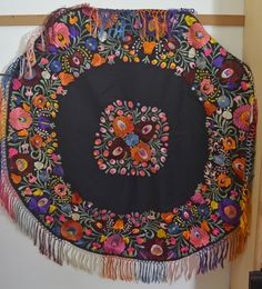 STRIKING VINTAGE HUNGARIAN MATYO ROUND HAND EMBROIDERED TABLECLOTH SS124