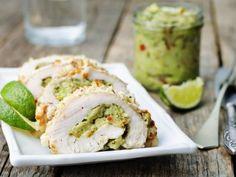 Pechuga de Pollo Rellena de Guacamole | ¡Para los amantes del guacamole, este platillo es sensacional! ¿Qué mejor que una pechuga doradita rellena de picosito guacamole y una crocante costra de queso parmesano? ¡Te encantará!