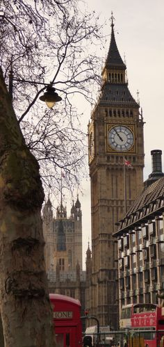 Here is the famous Big Ben, one of the most important buildings in London, become a symbol of the city.