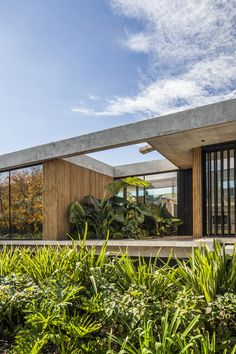 Image 9 of 37 from gallery of BT House / Estudio Jorgelina Tortorici Arq. Photograph by Alejandro Peral Modern Tropical House, Tropical House Design, Tropical Houses, Modern House Design, Tropical Architecture, Modern Architecture House, Residential Architecture, Architecture Design, Bungalow