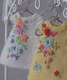 More embroiered flowers (bullion, rosette, French knots, daisy st) on tiny doll-size knits. They look amazing. I have to learn to do this ~~ DONA MOCINHA DO BRASIL: DELÍCIA DE INÍCIO DE SEMANA