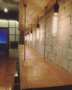깔끔한 화이트 고벽돌 타일 독특한 조명 =빈티지한 분위기 연출 @design7864 #하나바스 #tile #타일 #고벽돌 #상가인테리어 #인테리어 #분당인테리어 #인테리어스타그램 #interior #interiordesign by hanabath_official