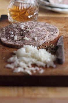 Ingredience: vepřové maso 1 kilogram (libové, vařené - z plece, krkovice, kolen), vepřové maso 1 kilogram (tučné, vařené - z hlavy, laloku), vepřové maso 250 gramů (jazyk, vařený), játra (vepřová, vařená - kousek), vepřové maso 1 kus (nožička, vařená), kůže 250 gramů (vepřová, vařená), játra (vepřová, syrová - kousek), vývar masový 2,5 decilitru (nemastný), česnek 2 stroužky (nebo i více, podle chuti), cibule 1 kus (menší, na kostičky nakrájená a osmažená na sádle), pepř mletý 1 lžička, nové…