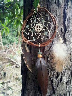 """""""...fina arte, meu tesouro.""""  -  filtro de sonhos paz & amor confeccionado com cipó natural, quatzos verdes e pernas de coruja, faisão e galinha ~colhidas sem sofrimento animal <3"""