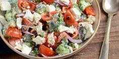 Dejlig broccolisalat med græsk yoghurt og feta. De cremede elementer får selskab af friske og sprøde cherrytomater samt rødløg, der giver et herligt smagspift. Crab Salad, Seafood Salad, Roasted Meat, Roasted Vegetables, Crab Stuffed Avocado, Light Summer Dinners, Cottage Cheese Salad, Salad Dishes, Tomato Vegetable