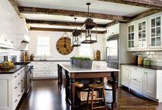 1 kuchnia rustykalna tranzycjonalna drewniane belki na suficie stare lampy podloga z ciemnego dr.jpg;  728 x 499 (@100%)