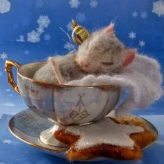 Needle Felted Art by Robin Joy Andreae: Frosty, Travelling Travis and Kenzie.I think if I were a mouse I'd love to sleep in a beautiful tea cup too :) Needle Felted Animals, Felt Animals, Cute Animals, Wet Felting, Needle Felting, Cute Christmas Cookies, Wooly Bully, Felt Mouse, Cute Mouse