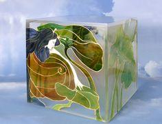 Tavolino a forma di cubo In metacrilato decorato a mano, realizzato su base progettuale. cm 38x38x38.