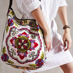 Bolsa Bihar - ROXO | Bolsas com tapeçarias diferenciadas, com alça transversal em couro, bolso interno e fechamento em zíper de metal.
