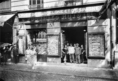 Retrato de grupo en la entrada de la tienda de postales del fotógrafo Lucien Roisin en la Rambla Santa Mònica núm. 29. Barcelona, años '10 '20 '30. Colección Roisin / IEFC