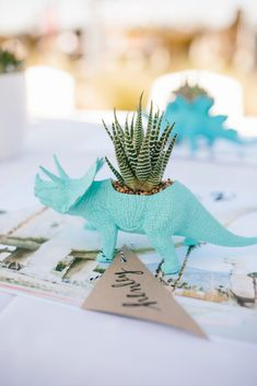 Love the black/white theme with pops of color & vintage feel Dinosaur Party – Court turns 2 – Roar! Styled by Mama Jacquelyn Kazas of Beijos Events Dinosaur Birthday Party, 3rd Birthday Parties, 2nd Birthday, Birthday Table, Party Centerpieces, Party Favors, Die Dinos Baby, Festa Party, Elmo Party