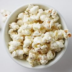 Skip the bag of microwaved popcorn and satisfy a snack craving by making your own flavored popcorn. In this healthy popcorn recipe, we use Parmesan cheese, lime zest and a hint of chili powder, but feel free to use your favorite spices. Healthy Popcorn, Popcorn Recipes, Flavored Popcorn, Parmesan Cheese Popcorn Recipe, Chili Lime Popcorn Recipe, Oatmeal Recipes, Healthy Foods To Eat, Healthy Dinner Recipes, Diet Recipes