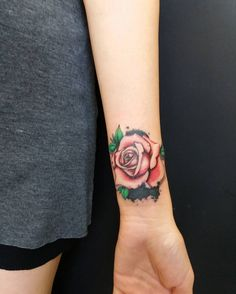 rosa roja pequeña en la muñeca Rose Tattoos, Girl Tattoos, Flower Tattoos, Tatoos, Cool Tattoos For Girls, Tiger Tattoo, Design Girl, Tattoo Drawings, Triangle