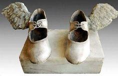 que seus sonhos sejam suas asas  e que seus pés nao te prendam ao chão.  Voe!  (Luciete Valente)