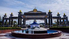 BRUNEI DARUSSALAM: DETACHED BUT NOT BORING – lakwatserongdoctor Brunei, Mansions, House Styles, Home Decor, Decoration Home, Manor Houses, Room Decor, Villas, Mansion