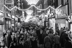 1960 Kerst inkopen doen in de drukke Kalverstraat