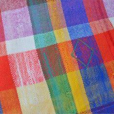 Le Haïk est une pièce de tissu  en coton, tissé à la main par les femmes du Maroc et  utilisé comme vêtement traditionnel; devenu une pièce forte et reconnaissable grâce à ses motifs caractéristiques (carreaux, couleurs, etc). Vintage il est utilisé aujourd'hui dans la décoration comme couverture, dessus de lit, rideau, nappe ou encore dans les accessoires de modes sacs pochettes etc ...  Les Haiks sont des pièces uniques et anciennes avec des usures légères.  1.55M X 2.55M // 185 €