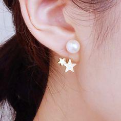 ※※こちらの商品は[イヤリング]です※※▽ピアスをご希望の方は下記URLのページよりご注文をお願いします。▽http://www.creema.jp/exhibits/show/id/1232626※星付きキャッチは【片耳分】のみです。星はC字のワイヤーでキャッチ部分から繋がっています。キャッチからぶらさがる2つの星が、耳たぶの下に並ぶデザインのイヤリングです。大きな星はマットゴールドで、小さな星はメタリックな質感です○◇ノンホールピアスとは・・?まるでピアスのようなすっき%E