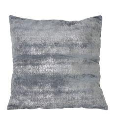 Rijk, glanzend en betoverend mooi is sierkussen Soft zilver-grijs. Dit mooi zilveren sierkussen van 50 bij 50 centimeter heeft een glimmend effect waardoor dit kussen een echte eyecatcher op de bank is. Door woonkussen Soft zilver-grijs te combineren met andere sierkussens zal een stijlvol effect geven in je interieur. Sierkussen Soft in het zilver-grijs is gemaakt van textiel en word geleverd met binnenvulling. Dit kussen komt van het merk Light & Living.