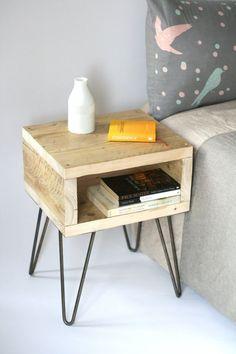 Petit meuble d'appoint ou table de chevet , quelle bonne idée que de mettre des pieds épingles à une caisse en bois . etsy ...