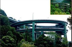 Ponte em espiral: a solução para descer uma montanha muito íngreme até a cidade de Kamazu, no Japão