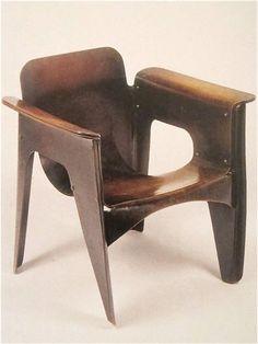 De enige Birza stoel uit 1924 van Gerrit Rietveld staat in het Stedelijk Museum Amsterdam.