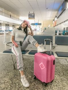 Foto tumblr no aeroporto Cute Airport Outfit, Airport Travel Outfits, Cute Travel Outfits, Comfy Travel Outfit, Airport Style, Travel Pose, Travel Pictures Poses, Airplane Outfits, Airport Photos