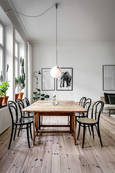 29 Beautiful Dining Room Paint Colors Ideas And Inspiration Gallery Minimalist Dining Room - Kronleuchter Retro Home Decor, Cheap Home Decor, Modern Decor, Home Design, Design Ideas, Dining Room Paint Colors, Bedroom Colors, Minimalist Dining Room, Dining Table Design