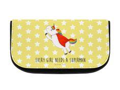 Kosmetiktasche Einhorn Superman aus Kunstfaser  Natur - Das Original von Mr. & Mrs. Panda.  Eine wunderschöne Kosmetiktasche von Mr. & Mrs. Panda mit getrennten Fächern und Reißverschlussfach an der Vorderseite. Sie ist strapazierfähig, schmutzabweisend und abwaschbar. Bedruckt mit unseren wunderschönen handgezeichneten Motiven. Das dargestellte Zubehör ist beispielhaft und nicht enthalten.    Über unser Motiv Einhorn Superman  Hol dir das Superman-Einhorn, wenn du auch glaubst, dass jedes…