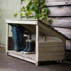 Pitsche patsche durch die Matsche – und danach geht es für Ihre Gummistiefel ab ins Stiefelhaus. Das Häuschen aus Fichtenholz schützt all Ihre Schuhe und Gummistiefel sicher vor Wind und Wetter – und hält sie trocken, ohne dass der...