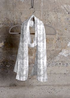 A touch of white with light shades of gray illuminates the outifit with extreme…