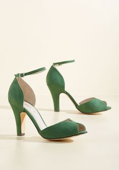 Chelsea Crew Fine Dining Peep Toe Heel in Emerald - A fabulous meal is made even richer by these green heels! This peep toe pair by Chelsea Crew is lined in gen Peep Toe Shoes, Suede Shoes, Shoes Heels, Vintage Heels, Retro Vintage, Vintage Style, Special Occasion Shoes, Prom Heels, Green Wedding Shoes