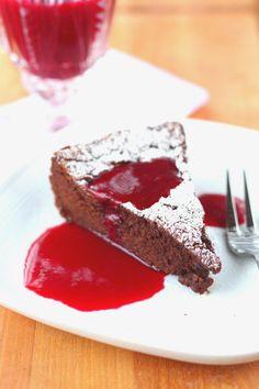 Suklaapossu: Jauhoton suklaakakku vadelmakastikkeella