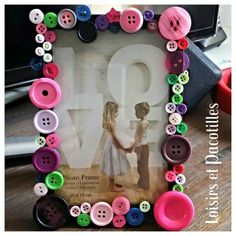 cadre photo boutons Cadre Photo Diy, Things To Do At Home, Arts And Crafts, Diy Crafts, Button Art, Clay Art, Valentines, Scrapbook, Frame