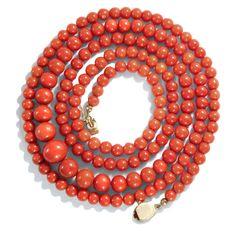 Lachsrote Perlen vom Meeresgrund - Lange Kette aus antiker italienischer Lachskoralle, um 1960 von Hofer Antikschmuck aus Berlin // #hoferantikschmuck #antik #schmuck #antique #jewellery #jewelry