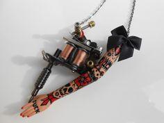 """RÉSERVÉ à Helene Sautoir """"Tattoo Lady"""" en Gun métal et petit nœud noir : Collier par jennifleur"""