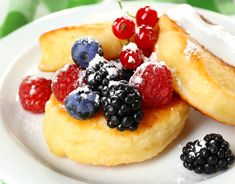 Cheesecakes with sour cream and fresh berries Ingredients: curd - 200 g curd - 200 g egg - 1 pc. Food N, Good Food, Food And Drink, Sour Cream Cheesecake, Cheesecakes, Berries, Deserts, Low Carb, Cooking Recipes
