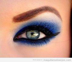 Maquillaje de ojos en tonos azul ahumado