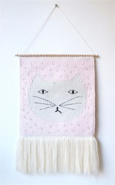 tapisserie-chat-chaumiere-oiseau Pin Weaving, Weaving Art, Tapestry Weaving, Loom Weaving, Macrame Wall Hanging Diy, Weaving Wall Hanging, Art Fil, Weaving Projects, Cat Wall
