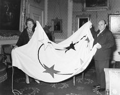 The Minister Plenipotentiary of Suriname presents Queen Juliana with the new Surinamese flag on 15 December Suriname became an independent country on 25 November 15 December, Educational Websites, Flags Of The World, World History, Old Pictures, Presents, Queen, Superhero, Country