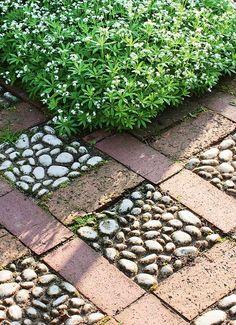 diy garden pebble tiles with paving stones and white gravel squares decoration Red Brick Pavers, Brick Patios, Garden Floor, Garden Paving, Garden Yard Ideas, Garden Projects, Patio Ideas, Diy Patio, Backyard Patio