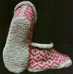 Ravelry: Garter Sole Slippers pattern by Elizabeth Zimmermann - not crochet but aren't they lovely? Knitted Slippers, Crochet Slippers, Knit Or Crochet, Knitting Socks, Hand Knitting, Knit Socks, Diy Accessoires, Ravelry, How To Purl Knit