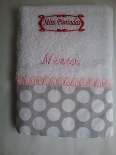 Toalla lunares y pétalos rosa. .Toalla de ducha lunares ,pétalos y nombre bordado.  Toalla 100% algodón de 0,70 cm. x 1,30 cm.  Producto lavable a máquina y se puede usar secadora.  Producto hecho en España.
