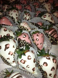 Chocolate covered strawberries are an amazingly delicious dessert. They are great for a breakfast, a sweet treat during the evening and are one of the best sweets to serve dessert with at a get together or dinner party. Chocolate Covered Treats, Chocolate Dipped Strawberries, Strawberry Dip, Strawberry Recipes, Strawberry Shortcake, Homemade Chocolate, Hot Chocolate, Delicious Chocolate, Deco Baby Shower